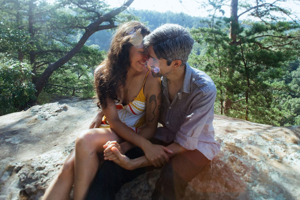 couple embracing at chimney top rock red river gorge