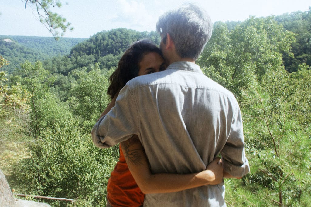 couple embracing at princess arch red river gorge